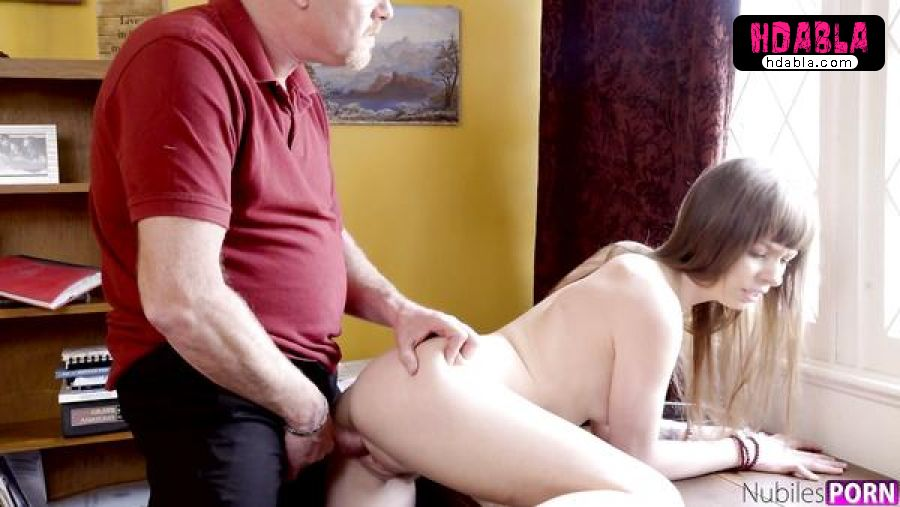 Yaşlı adam sigara içen kızını bakın nasıl terbiye ediyor ensest