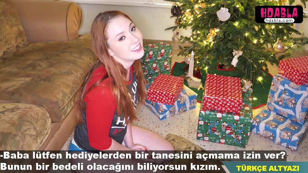 Kızıl saçlı kızını yılbaşından önce hediyeleri açarken yakaladı