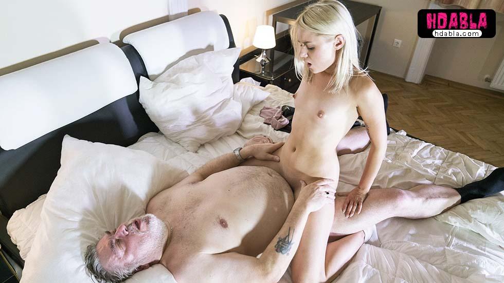 Zengin yaşlı adam kendinden 40 yaş küçük sevgilisine kayıyor
