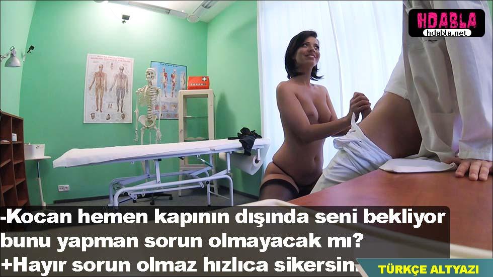 Kocası odadan çıkınca evli kadın doktorun sikine yapışıyor