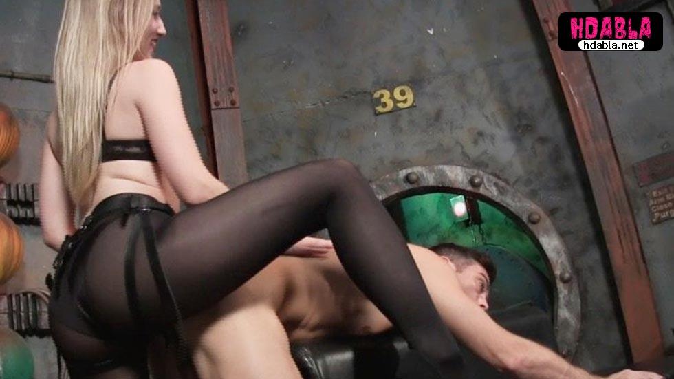 Erkekte iş olmayınca kız beline takma yarak takıp adamı sikiyor