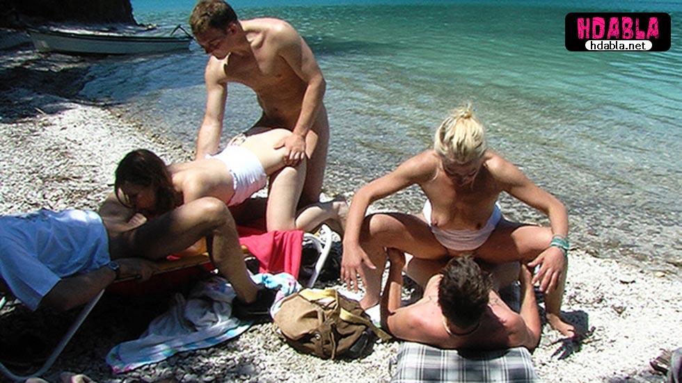 Plajda tek adamın iki kızı siktiğini gören işçilerde gelip araya kaynıyor