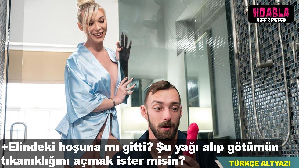 Tesisatçı banyosu tıkanan travestinin oyuncaklarını incelerken yakalanıyor