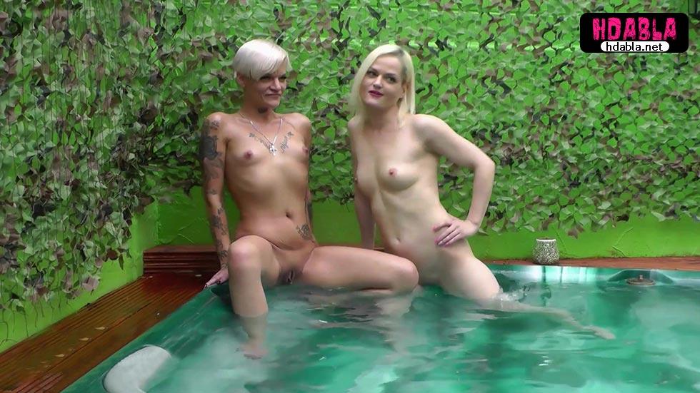 Zengin yaşlı amcalar havuzda iki genç kızla fantezi yapıyor