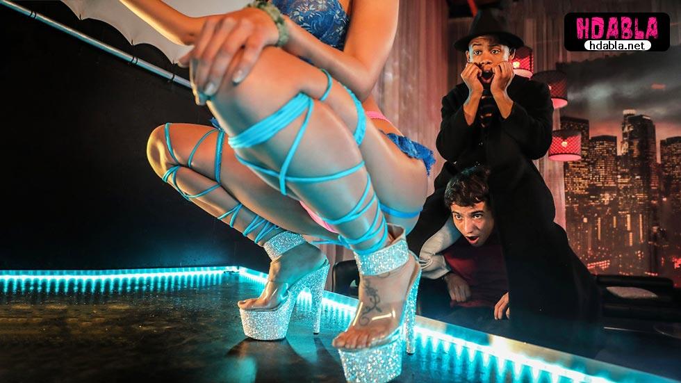 Ufak çocuklar kaçak yolla striptiz kulübüne girip kız kaldırıyor