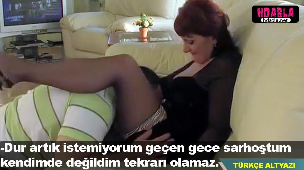 Televizyon izleyen yaşlı annesinin bacak arasına kafayı soktu