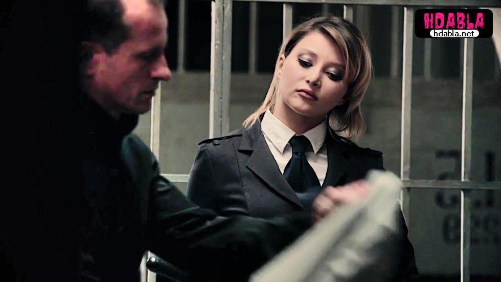 Hapishane girişinde nöbet tutan bayan gardiyanlar şüpheli adamı soyuyor