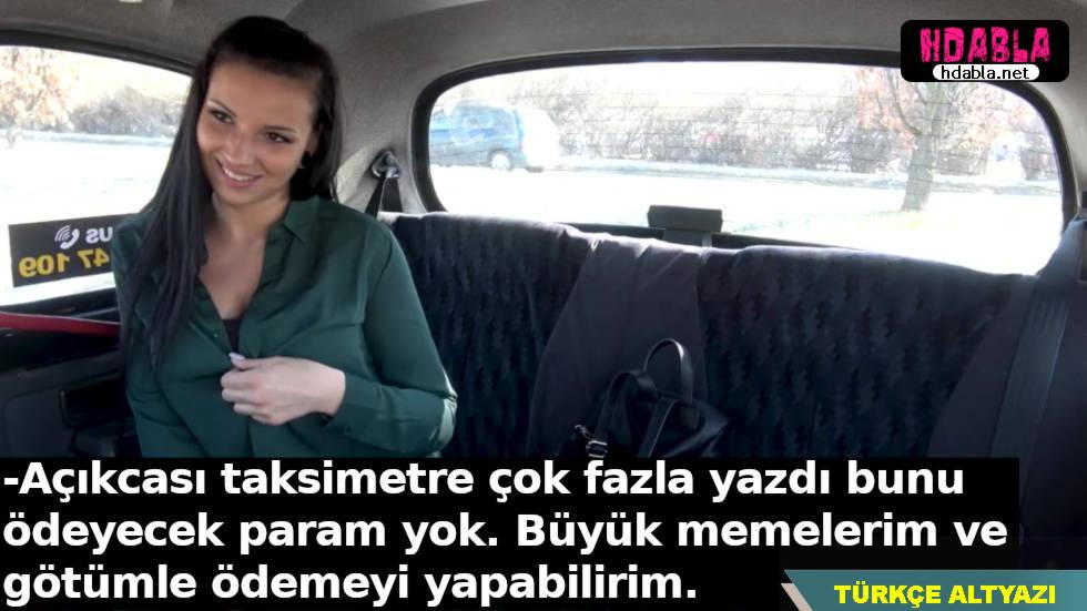 Webcam kızı bindiği takside parası yetmeyince şoförü arkaya çağırdı