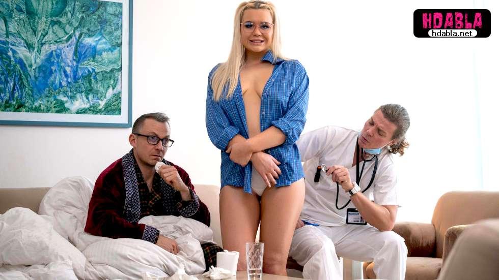 Sağlık görevlisi hasta adam yerine çıtır kızıyla ilgileniyor