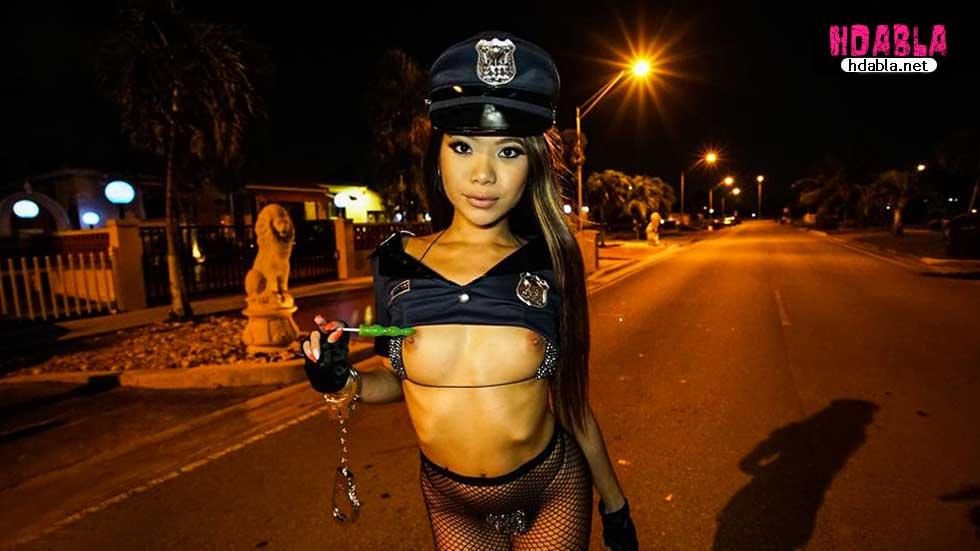 Alkolü fazla kaçıran bayan polis yarıp çıplak sokakta geziyor