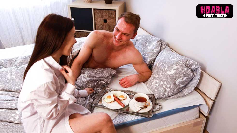 Çıtır kahvaltı tepsisi hazırlayıp erkeğini öpücükle uyandırdı