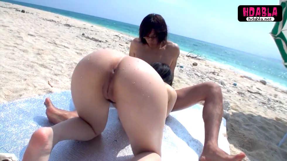 İki erkek sahilde güneşlenen jav kıza kumsalda kayıyor