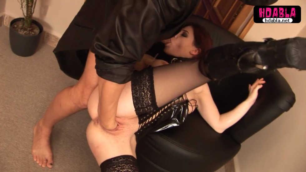 Tasmalı kölesi olan kızıl saçlının vajinasına kolunu soktu