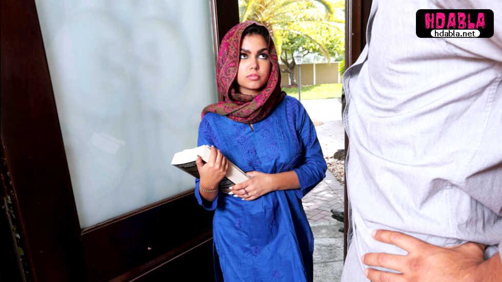 Türbanlı kız ailesinden habersiz öğretmeniyle kırıştırıyor