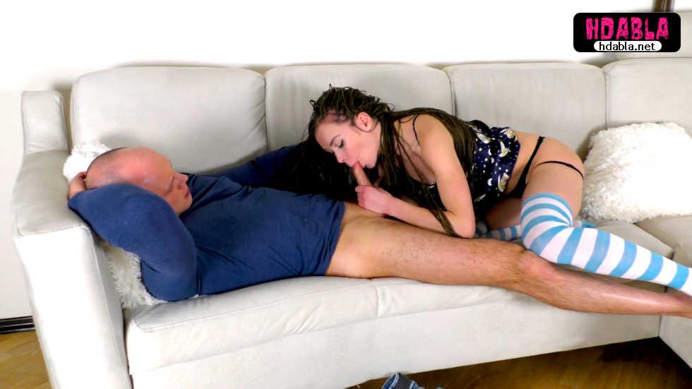 Mavi çizgili çorap giyen haşin kızdan fantezi dolu dakikalar