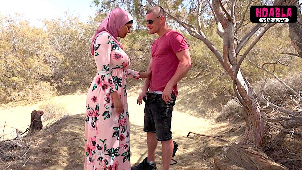 Tanıştığı büyük memeli türbanlı kadını çalıların arkasına götürdü