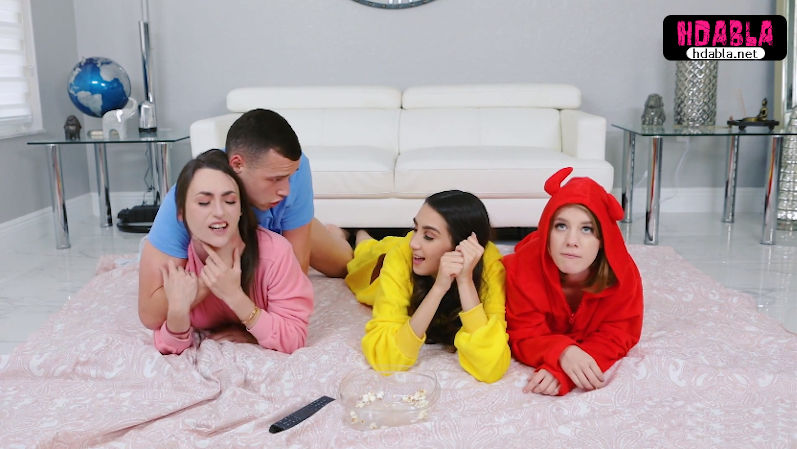 Pijama partisinde erkek kardeşim bizi gözetleyip sırayla sikti