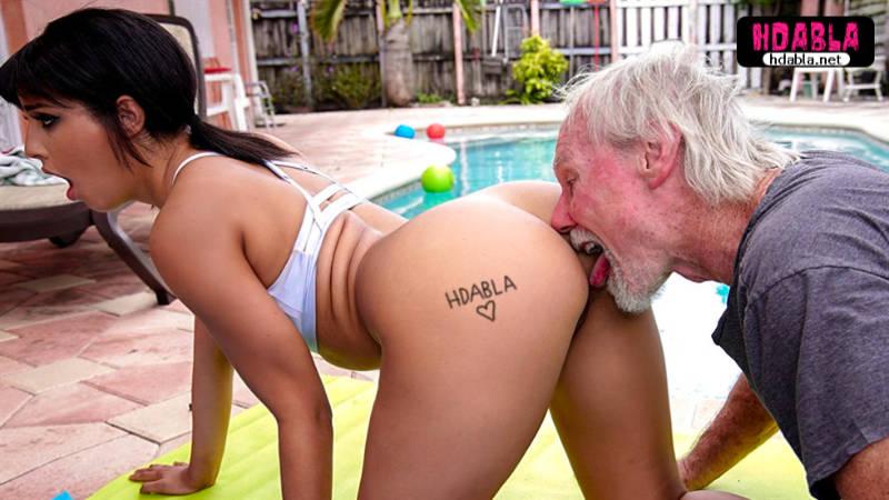 Yaşlı adam yoga yapan genç kızın götünü görünce dayanamadı