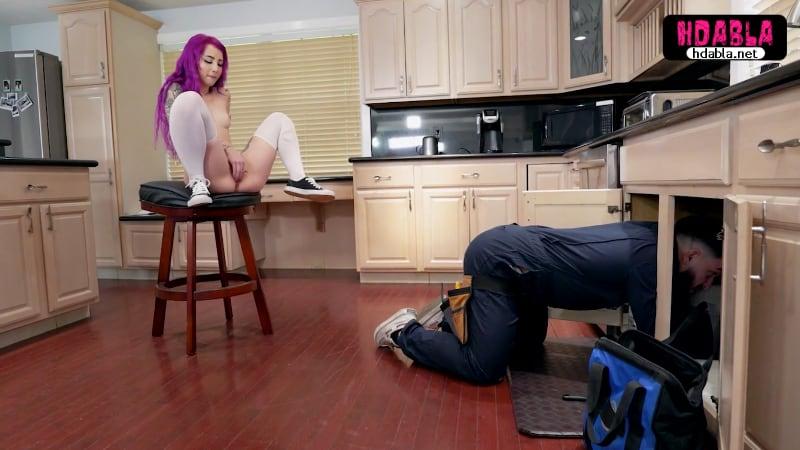 Yaramaz mor saçlı kız eve gelen tamircinin kafasına fışkırttı