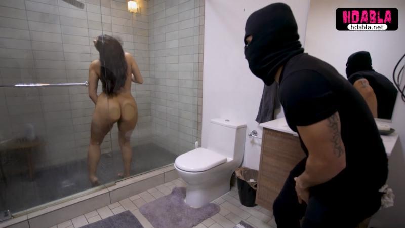 Maskeli hırsız girdiği evde duş alan evli kadını gafil avladı