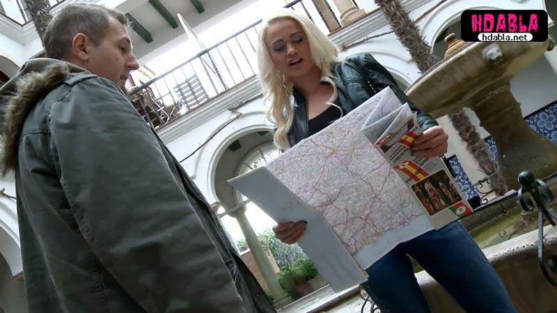 Haritayla gezen kızın turist olduğunu anlayınca ormana götürdü