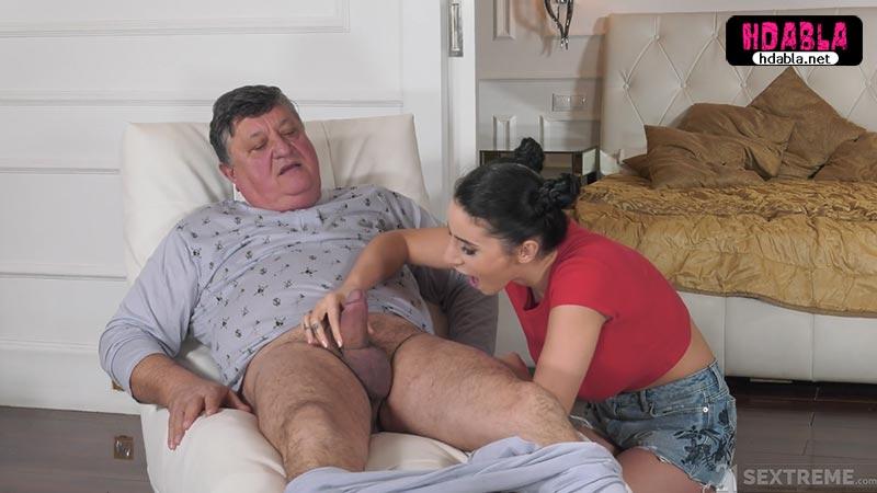 Bakıcılık yaptığı yaşlı adam mutlu olsun diye sikini yaladı