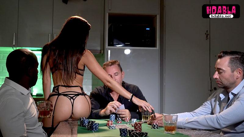 Kaybedince Kumar masasına para değil karısını koydu