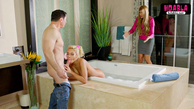Yeni evlendiğim kadının kızını banyoda sikerken yakalandım