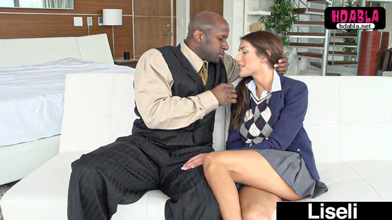 Siyahi adam modellik yapmak isteyen liseli kızdan yararlandı