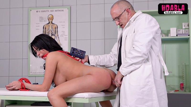 Tecavüzcü doktor kontrole gelen kızı sedyeye bağlıyor