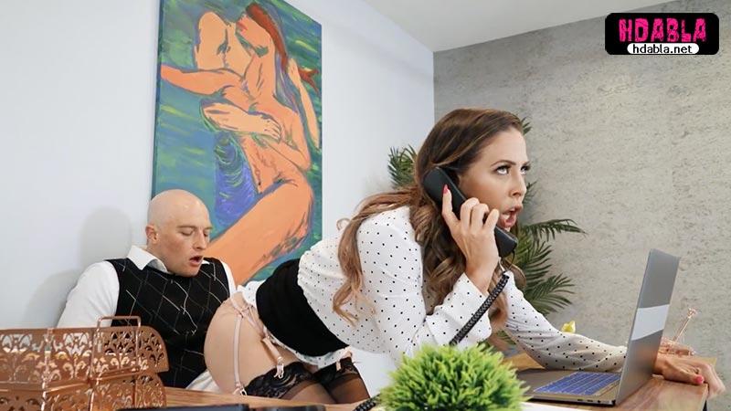 Valide telefonla konuşurken arkasına geçip eteğini sıyırdım